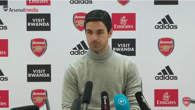 El entrenador del Arsenal confirmó COVID-19, el juego se pospuso y el equipo se aisló.